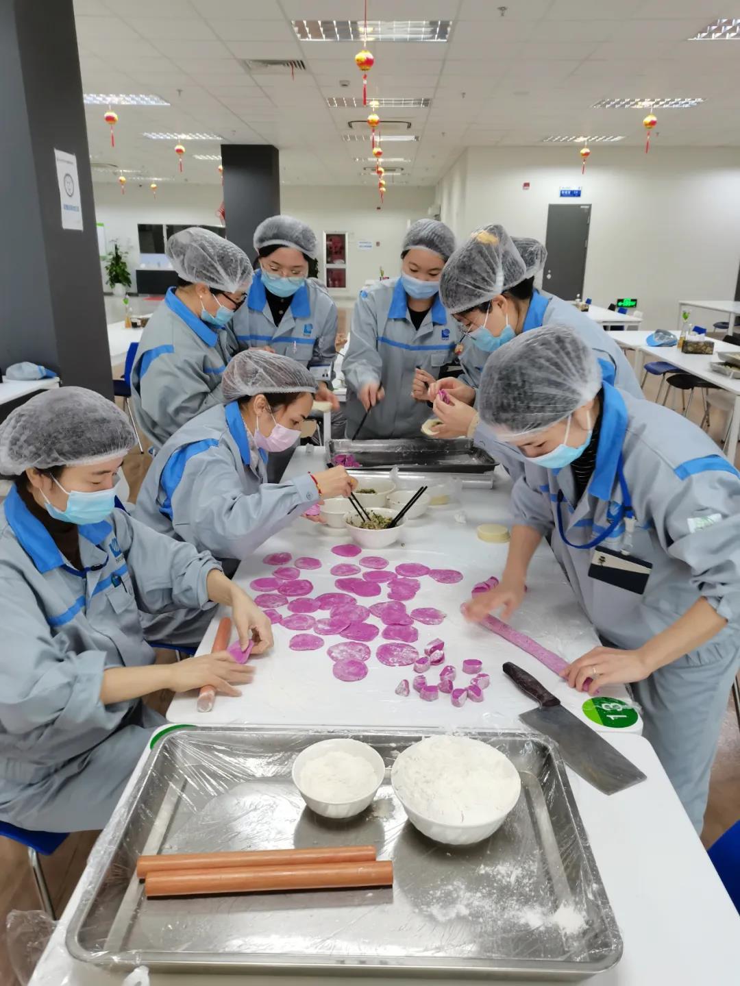 餃子作りを楽しむNGK(蘇州)環保陶瓷有限公司の従業員達